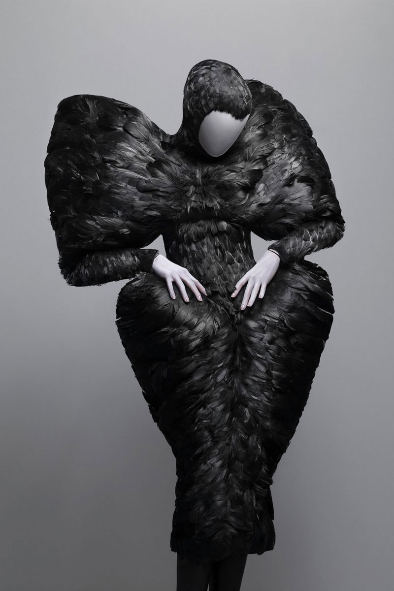 Alexander_Mc_Queen9_black_feathers_dress_savagebeauty